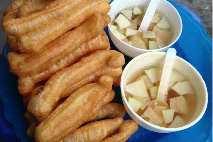 Quẩy nóng là món ăn chiều được người dân Hà Nội yêu thích từ lâu