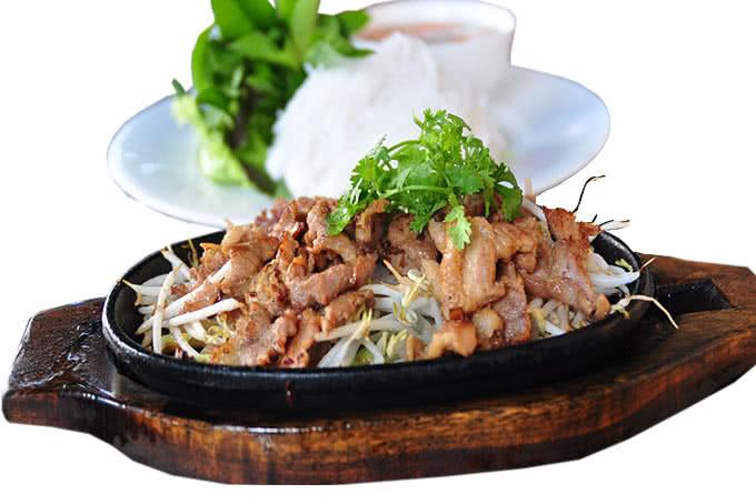 Món bún chả nức tiếng Hà Nội được biến tấu trong chảo nóng làm thực khách trong và ngoài nước mê mẩn.