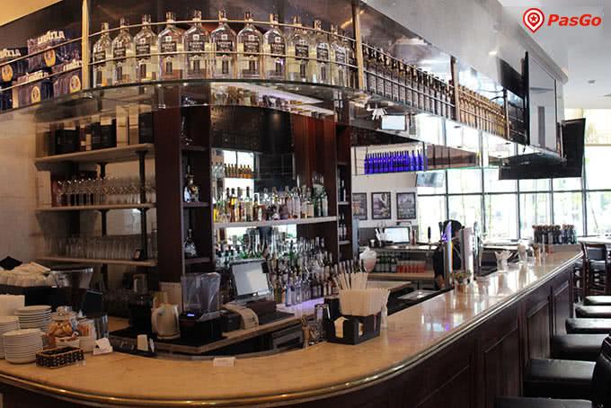 Quầy bar sang trọng với đủ loại đồ uống ngon cho bạn chọn lựa.