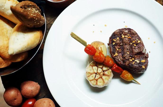 Món ăn lạ tại moo beef steak trần quốc toản