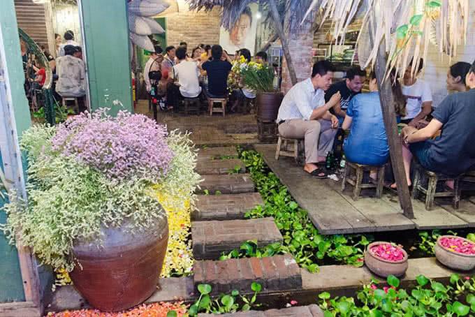 Khách quen - Nhà hàng ao quán ngõ 19 đông tác