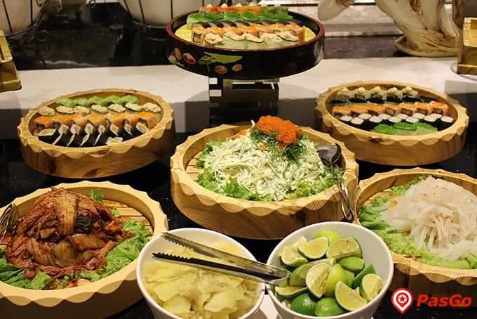 Quầy sushi, sashimi luôn là một bến đỗ đông khách tại Buffet Sứ