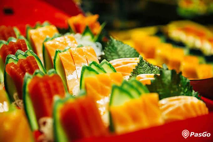 Những lát sashimi cá Hồi, cá Ngừ tươi ngon tại Sứ Buffet Nguyễn Du