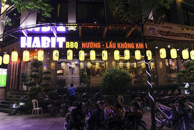 Dàn đèn gây ấn tượng mạnh cho vẻ bề ngoài của Habit BBQ Dịch Vọng Hậu