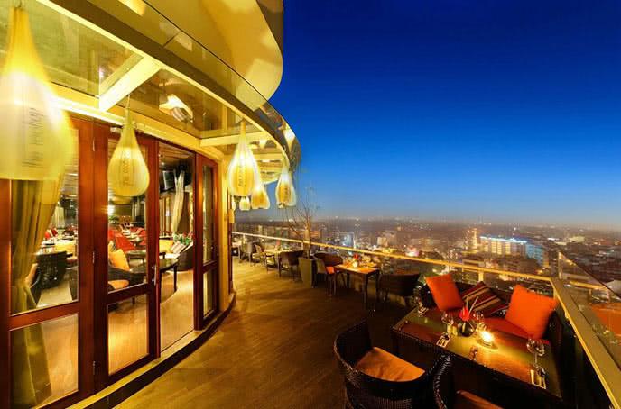 Không gian ngoài trời tuyệt đẹp của rooftop bar hanoi
