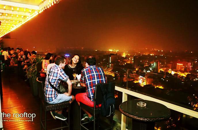 Những góc ngồi lãng mạn của the rooftop hanoi