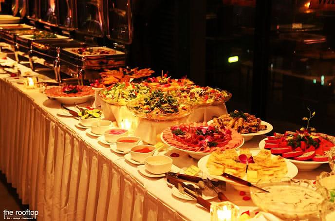 Buffet đầy đủ món ở the rooftop
