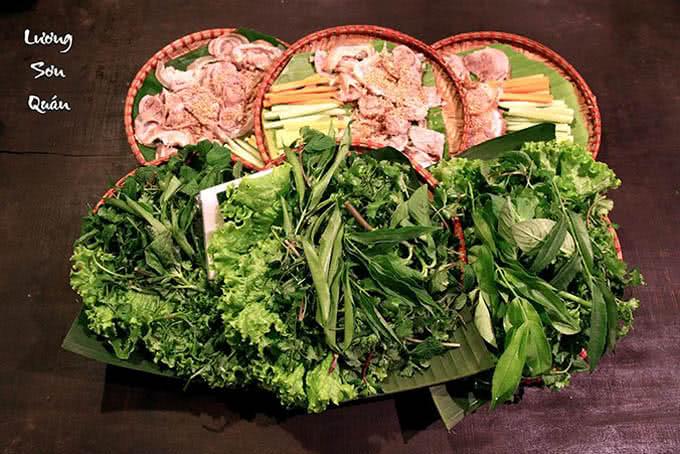 lương sơn quán Lợn tên lửa nướng ăn cùng rau rừng