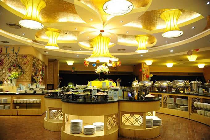 Đèn lồng cũng theo tông màu vàng chủ đạo - Nhà hàng ngọc mai vàng