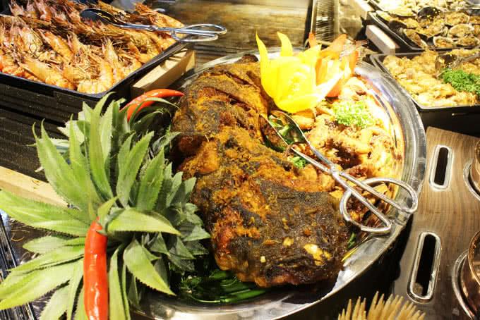 Quầy nướng với đủ món của buffet bay hoàng ngân