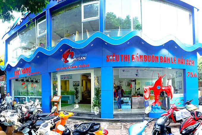 Mặt tiền nhà hàng mô phỏng đại dương xanh vô cùng bắt mắt Thế Giới Hải Sản Trần Hưng Đạo